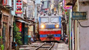 train-hanoi-qui-traverse-les-rues-de-la-capitale-du-vietnam_12230_wide